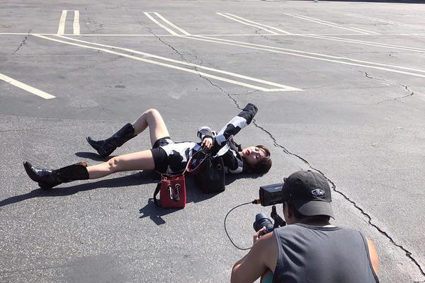"""组图:泫雅为拍大片躺在停车坪 穿""""奶牛装""""摆多样造型秀美腿"""