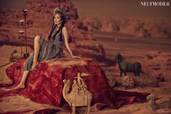 组图:杨幂最新沙漠场景杂志照曝光 民族风搭骆驼吸睛楼兰风十足