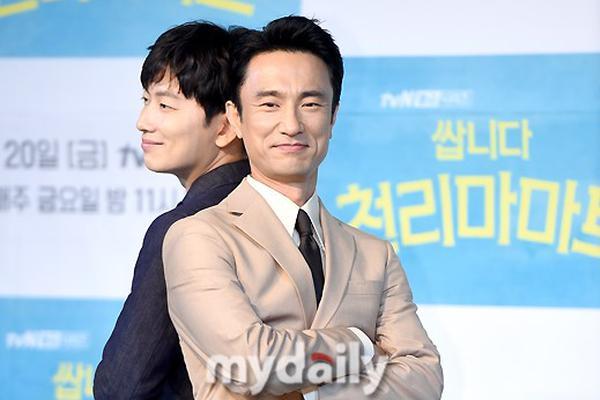 组图:tvN新剧《千里马超市》发布会 李顺载李东辉等出席