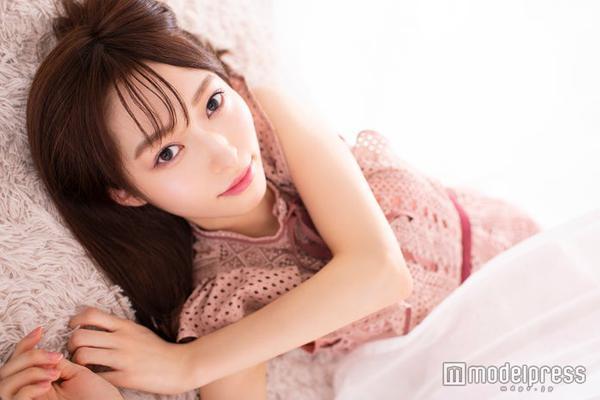 组图:原NGT48山口真帆接受采访 裸色连衣裙尽显成熟妩媚