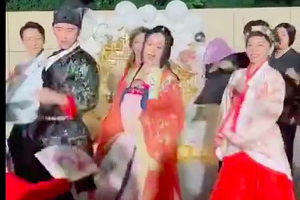 组图:钟丽缇生日开古装派对 与张伦硕及亲友齐舞笑容满面心情佳