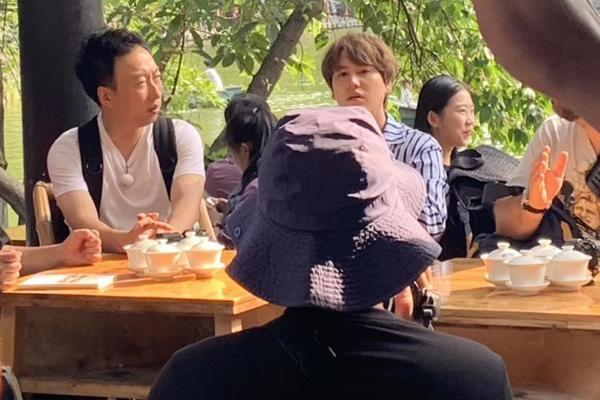 组图:曺圭贤成都街头录《穷游2》被偶遇 穿蓝色条纹衫清爽帅气