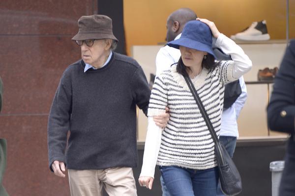 组图:伍迪·艾伦与妻子挽手散步 同戴渔夫帽休闲出行