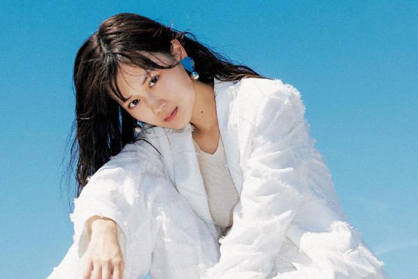 组图:乃木坂46山下美月拍摄杂志 高级服装搭配自然风光