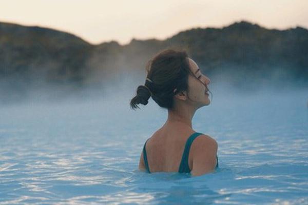 组图:隋棠与老公冰岛度假 晒水中美照回眸一笑露背杀