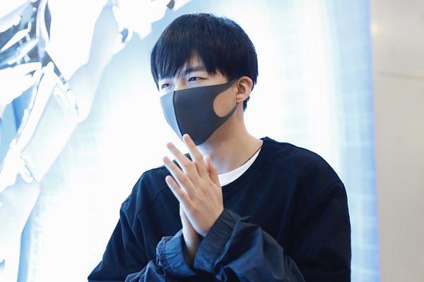 """组图:刘宇宁""""搓手手""""动作很呆萌 外套上叠穿黑T时尚感UP"""