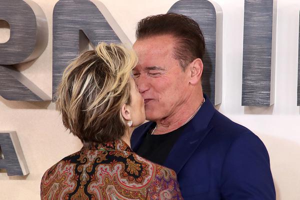 组图:太甜了!72岁施瓦辛格亲吻汉密尔顿 终结者搭档世纪同框
