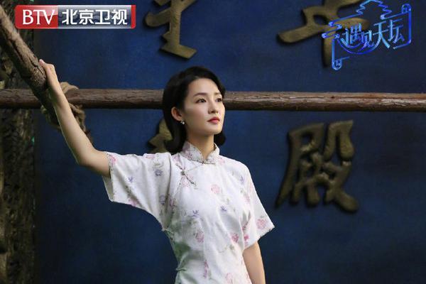 组图:李沁身着白色绣花旗袍玲珑有致 点缀珍珠耳饰显复古气质