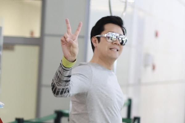 组图:53岁蔡国庆戴潮镜显年轻 对镜比V大方任拍心情大好