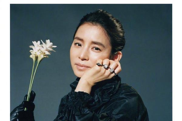 组图:石田百合子拍摄时尚杂志 黑色服饰搭配珠宝高贵冷艳