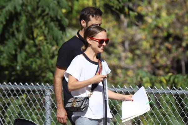 组图:恩爱夫妻!女星娜塔莉·波特曼和丈夫在洛杉矶一起遛狗