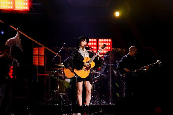 组图:李宇春罕见秀美腿造型飒 抱吉他弹唱新物种