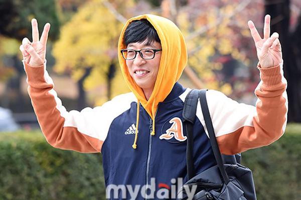 组图:刘在石穿黄色帽衫活力足 全炫茂新恋情后首亮相