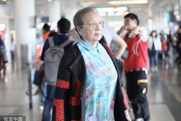 """组图:83岁""""容嬷嬷""""李明启穿碎花衬衫 一路昂首挺胸超精神"""
