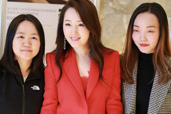 组图:杨钰莹红装浅笑气色明艳气质佳 与粉丝牵手合影亲和满分