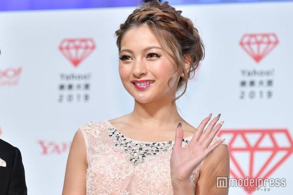 组图:木村有希出席雅虎搜索大赏 粉色长裙显紧致肌肤