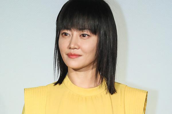 组图:谭卓身着鹅黄色长裙娇俏可人 黑长直齐刘海青春减龄