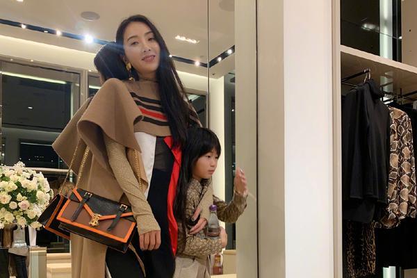 组图:曹格娇妻吴速玲带女儿逛街 9岁Grace身高抢镜腿超长