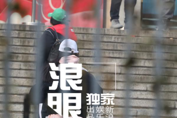 组图:贾玲张小斐现身春晚第三次联排 贾玲红卫衣绿帽子配色亮眼