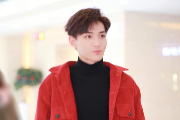 组图:李鑫一现身央视春晚第五次联排 红色夹克帅气高腰裤显长腿