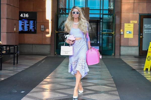 组图:名媛希尔顿穿紫色镂空裙出街 抱袖珍狗坐豪车心情好