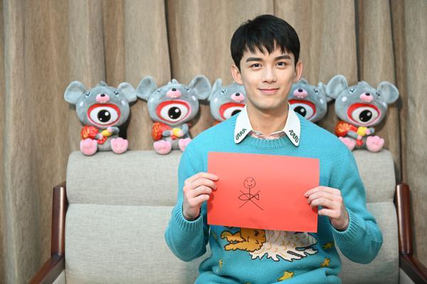 组图:吴磊身穿蓝色印花毛衣亮相专访青春帅气 画年画超有氛围