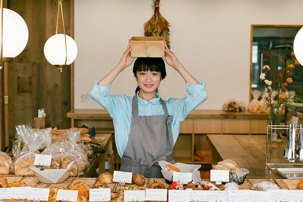 组图:门胁麦杂志拍摄面包坊写真 认真烹调姿态精巧干练