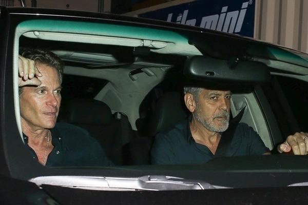 组图:乔治·克鲁尼与好友开车外出 头发胡子花白依旧难掩帅气