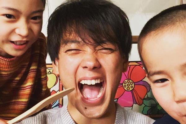 组图:竹内凉真片场与小演员嬉戏 超甜笑容化身温柔大哥哥