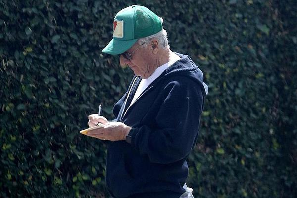 组图:影帝达斯汀·霍夫曼散步作沉思状 边走边做笔记