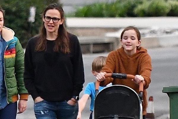 组图:詹妮弗·加纳带孩子散步 女儿推婴儿车儿子牵狗