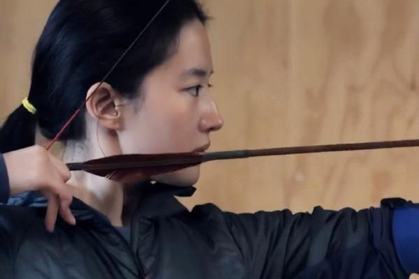 组图:刘亦菲练习射箭花絮照曝光 素颜出镜侧脸优越