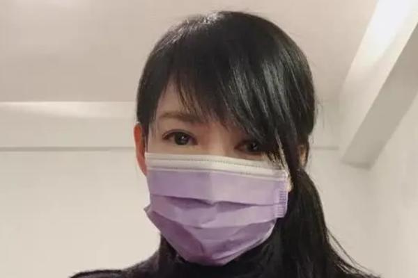 组图:52岁周慧敏晒近照戴口罩 呼吁为病患和医护人员祈祷