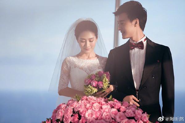组图:陶昕然庆结婚纪念日 老公何建泽送玫瑰写卡片传情话