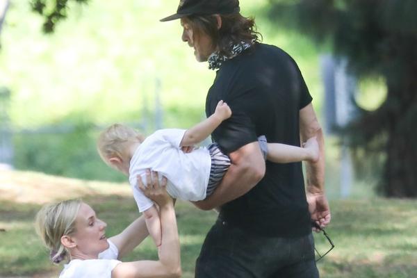 组图:黛安·克鲁格与男友带娃公园玩耍 笑容洋溢满脸幸福
