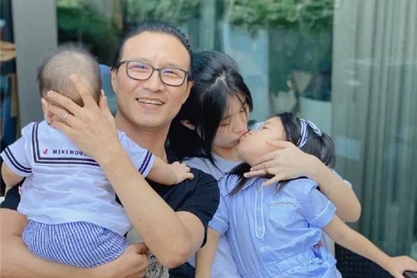 汪峰晒居家视频超幸福 小苹果醒醒姐弟互动有爱