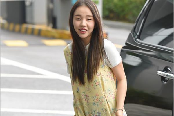 组图:韩女星白雅妍赴MBC电视台录制 碎花裙显邻家气质