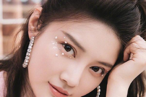 组图:徐冬冬少女粉搭配珍珠碎钻眼妆 甜酷风格自由切换