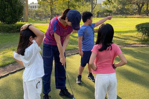 组图:黎姿带女儿打高尔夫 高马尾棒球帽装扮清新活力