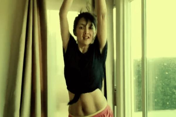 组图:牛莉穿露脐运动装大跳健身操 年近半百马甲线依然瞩目