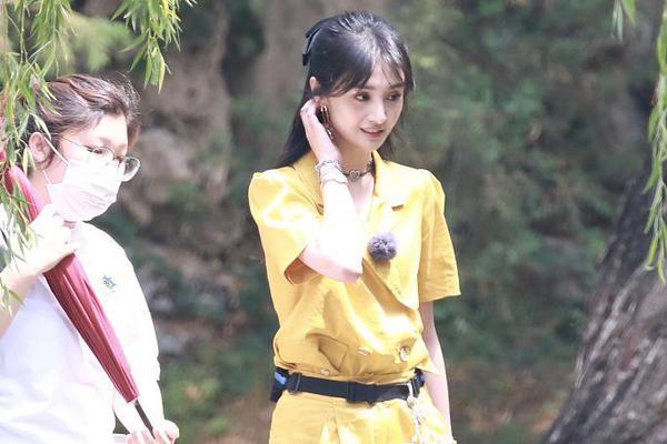 组图:郑爽生图抗打甜笑可人 穿黄色工装裤又美又飒
