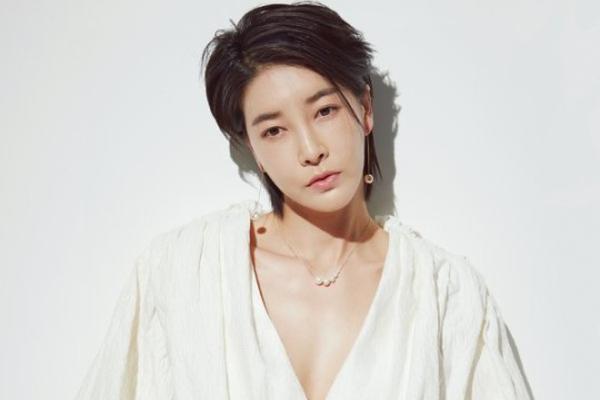 组图:《毒战》女星陈瑞妍拍写真 短发气质飒爽干练