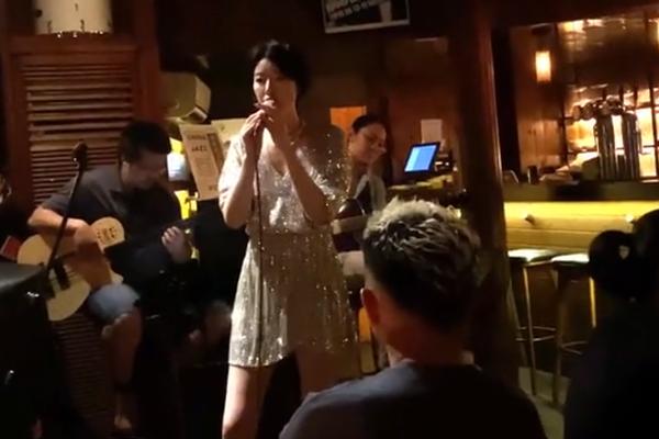 组图:李亚鹏女友被拍到酒吧驻唱 穿修身短裙秀长腿气质不输女星