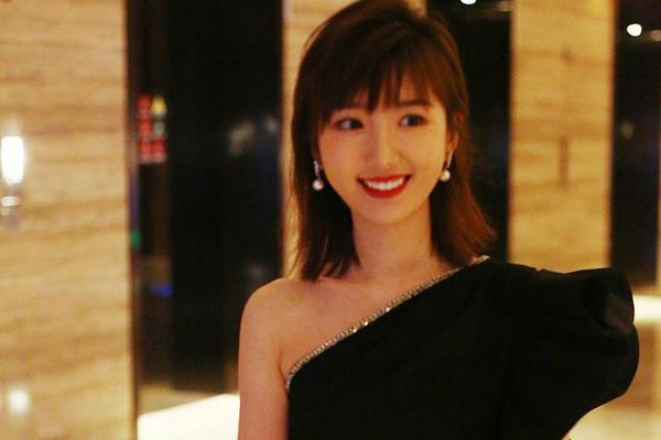 组图:毛晓彤酒店与友人热聊 高糊画质难挡美貌笑容超甜