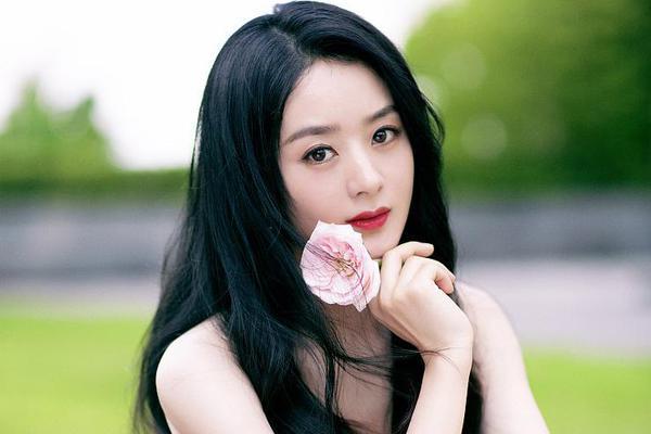 组图:赵丽颖一袭粉色波点裙温柔可爱 手拿鲜花人比花娇