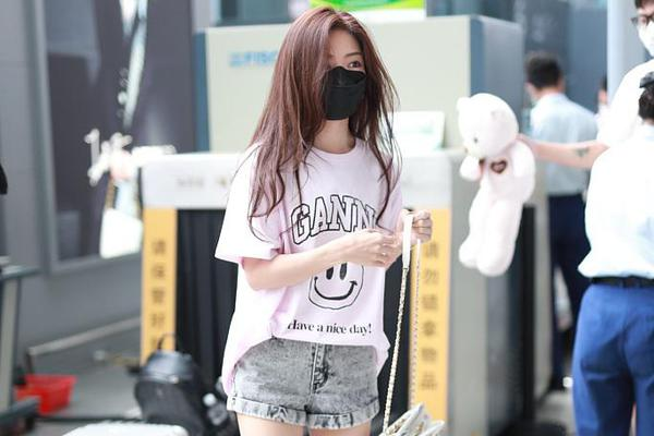 邓家佳错失白玉兰女配后现身机场 穿热裤秀美腿比例优越