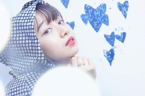 组图:木村心美出席时尚活动 蓝色波点穿搭超可爱