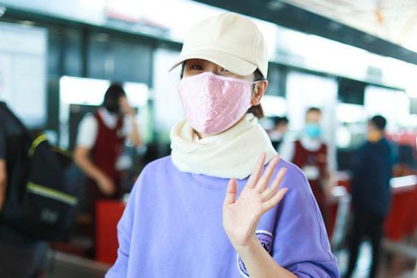 组图:海清穿紫色卫衣戴围巾包裹严实 牛仔裤套长袜撞色搭配