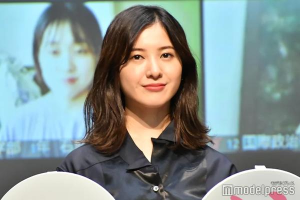 组图:吉高由里子亮相宣传活动 黑色风衣衬托知性气质
