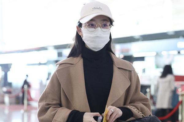 蒋梦婕穿驼色大衣搭黑色高领衫 戴棒球帽走混搭风造型韩范